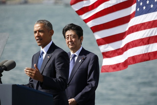 US President Barack Obama (L) and Japanese Prime Minister Shinzo Abe deliver remarks at Joint Base Pearl Harbor-Hickam, Hawaii, US, December 27, 2016. REUTERS/Kevin Lamarque