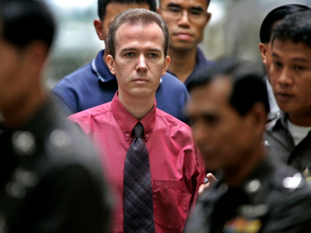 Thai immigration officials escort American schoolteacher John Mark Karr to Bangkok's international airport on August 20, 2006. Photo: REUTERS/Chaiwat Subprasom