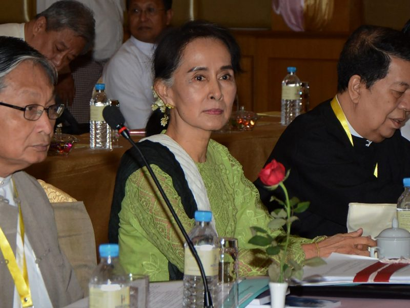 Myanmar State Counsellor and Foreign Minister Aung San Suu Kyi (C), flanked by government peace negotiators Kyaw Tint Swe (L) and Tin Myo Win (R), chairs a meeting in Naypyidaw in preparation for the ethnic peace conference attended by representatives of ethnic armed organisations, members of parliament and military officials. Photo: AFP / Aung Htet