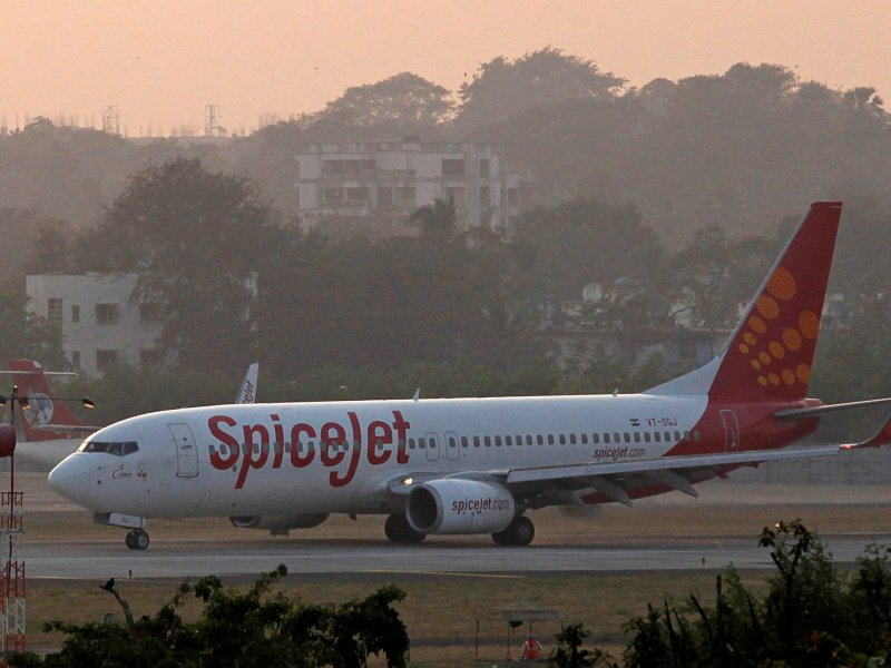 A SpiceJet Boeing 737-800 aircraft taxis on the tarmac after landing at Chhatrapati Shivaji international airport in Mumbai November 26, 2012. Photo: Reuters/Danish Siddiqui