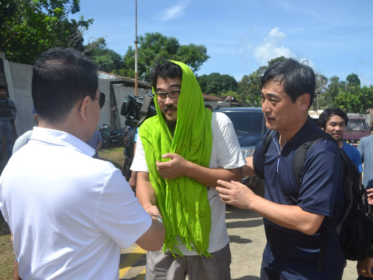 Park Chul-hong (C), skipper of the South Korea-registered carrier DongBang Giant 2, is greeted by former Sulu governor Abdusakur Tan after he was freed by militants of the Abu Sayyaf group. Photo: Reuters/Nickee Butlangan
