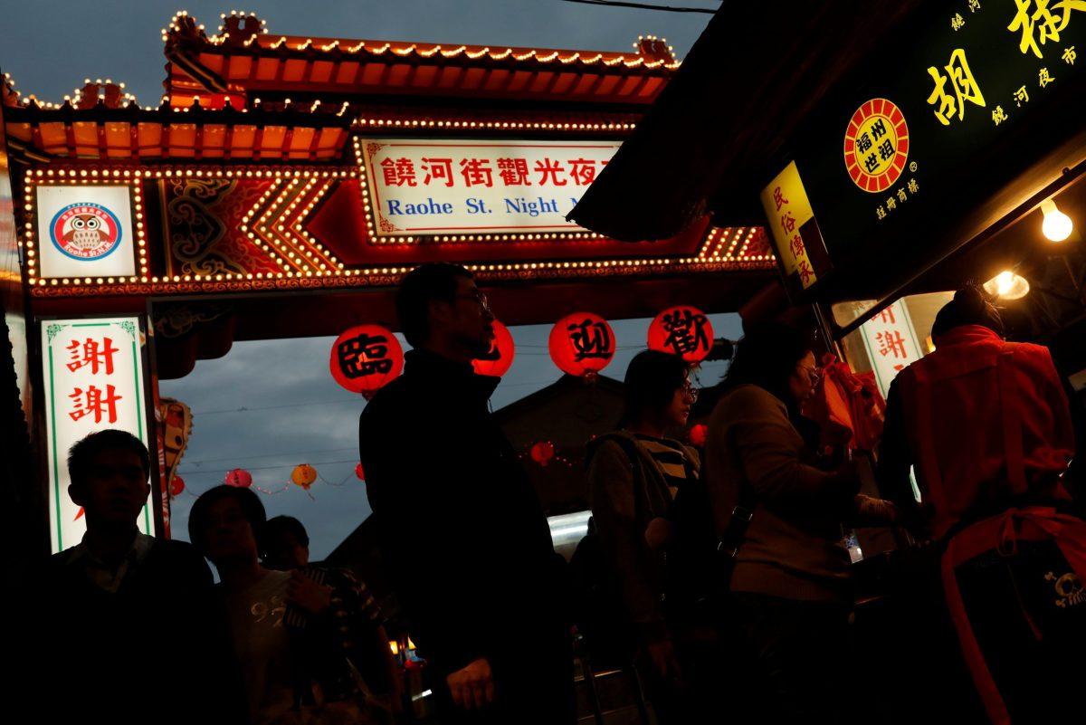 Tourist stroll through a food stall at Raohe street Night Market in Taipei, Taiwan January 18, 2017. Photo: Reuters/Tyrone Siu