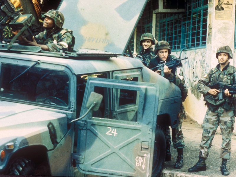 US troops take up positions outside the external relations ministry during the invasion of Panama on December 22, 1989. Photo: Reuters/Roberto Armocida