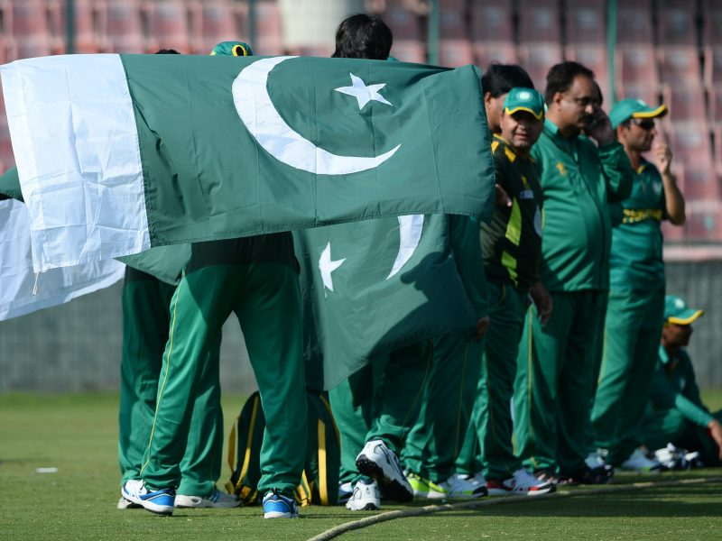 Members of Pakistan's blind cricket team hold the national flag during the T20 cricket World Cup for the Blind event at the Feroz Shah Kotla Stadium in New Delhi on February 1, 2017. / AFP PHOTO / SAJJAD HUSSAIN