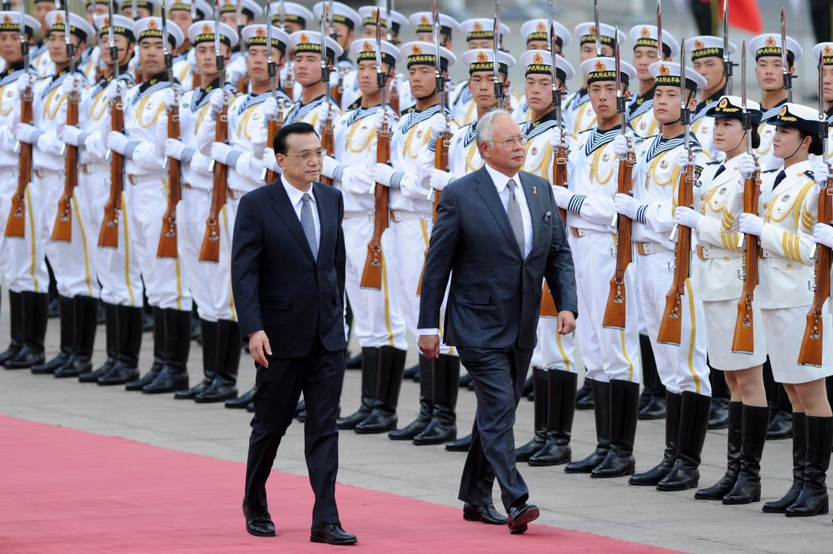 Malaysian Prime Minister Najib Razak (R) and Chinese Premier Li Keqiang (L) inspect Chinese honour guards during a welcome ceremony at the Great Hall of the People in Beijing. Photo: AFP / Wang Zhao