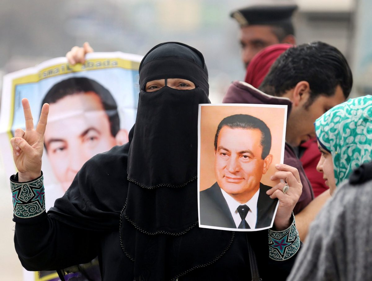 Supporters of former Egyptian President Hosni Mubarak hold up his pictures as they wait for him to be transferred to a court, in front of Maadi military hospital in Cairo, Egypt, March 2, 2017. Photo: Mohamed Abd El Ghany/Reuters