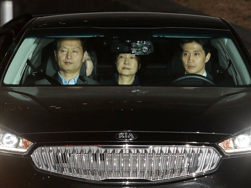 Ousted South Korean President Park Geun-hye  leaves the prosecutors' office as she is transferred to a detention house in Seoul, South Korea March 31, 2017.  Photo: Reuters