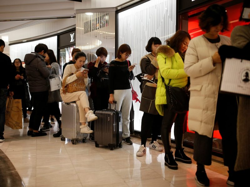 Chinese tourists wait in a line at a Lotte duty free shop in Seoul, South Korea. Photo: Reuters/Kim Hong-Ji