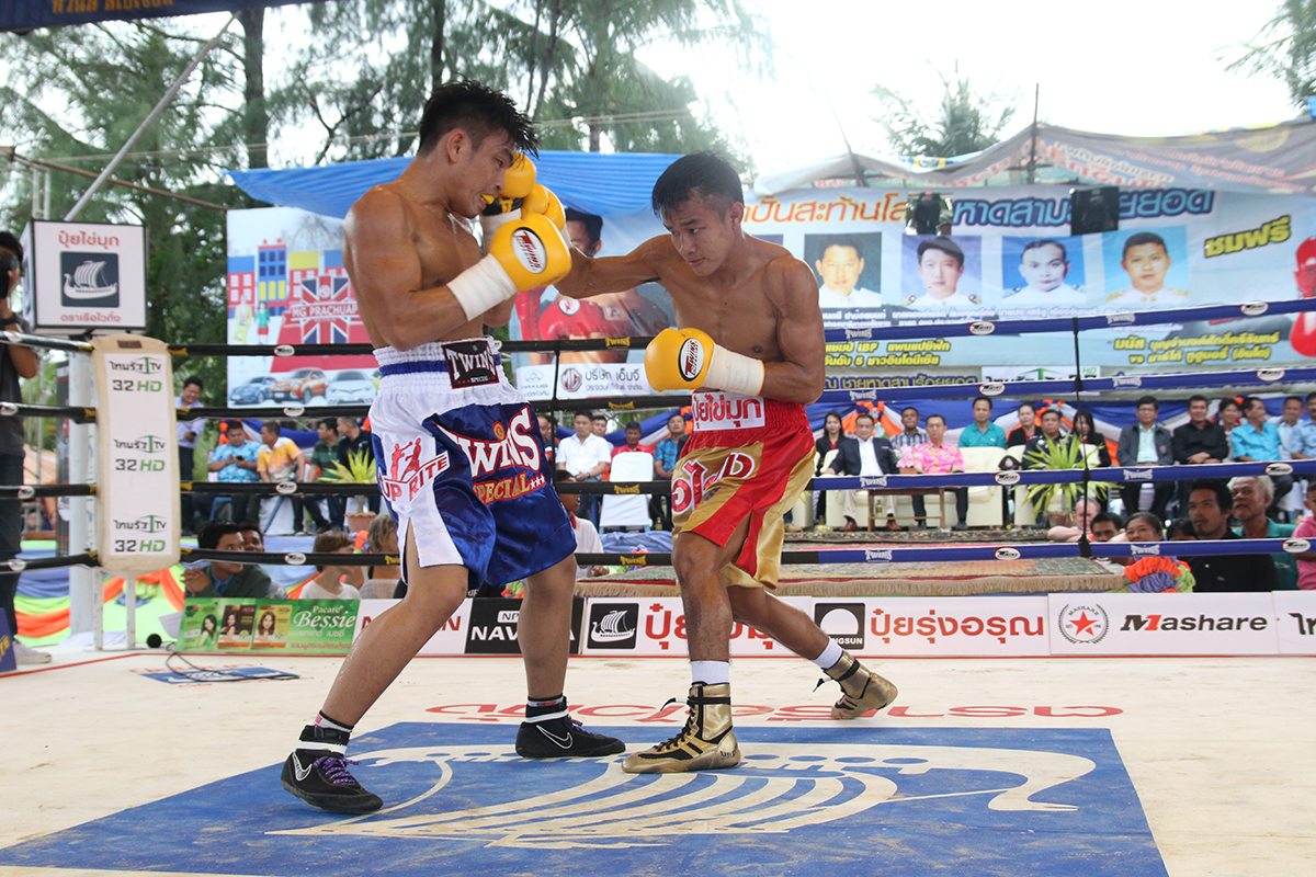 Eaktawan (right), one of Kiatkreerin Gym's most promising prospects, will challenge for the vacant IBF 112-pound title in Cebu City, Philippines at the end of April. Photo: courtesy of Kiatkreerin Gym