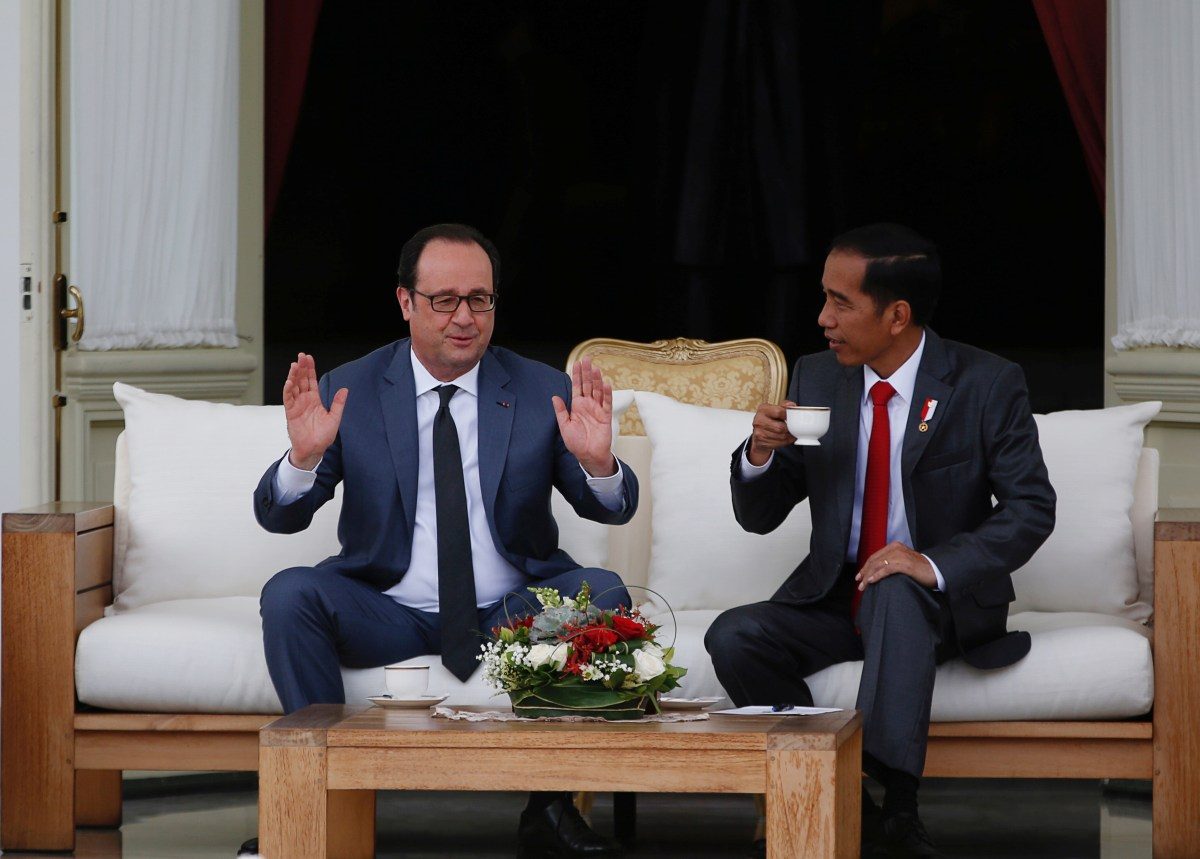 French President Francois Hollande (L) chats with Indonesian President Joko Widodo after a welcoming ceremony at the presidential palace in Jakarta on March 29, 2017. Photo: Reuters, Darren Whiteside