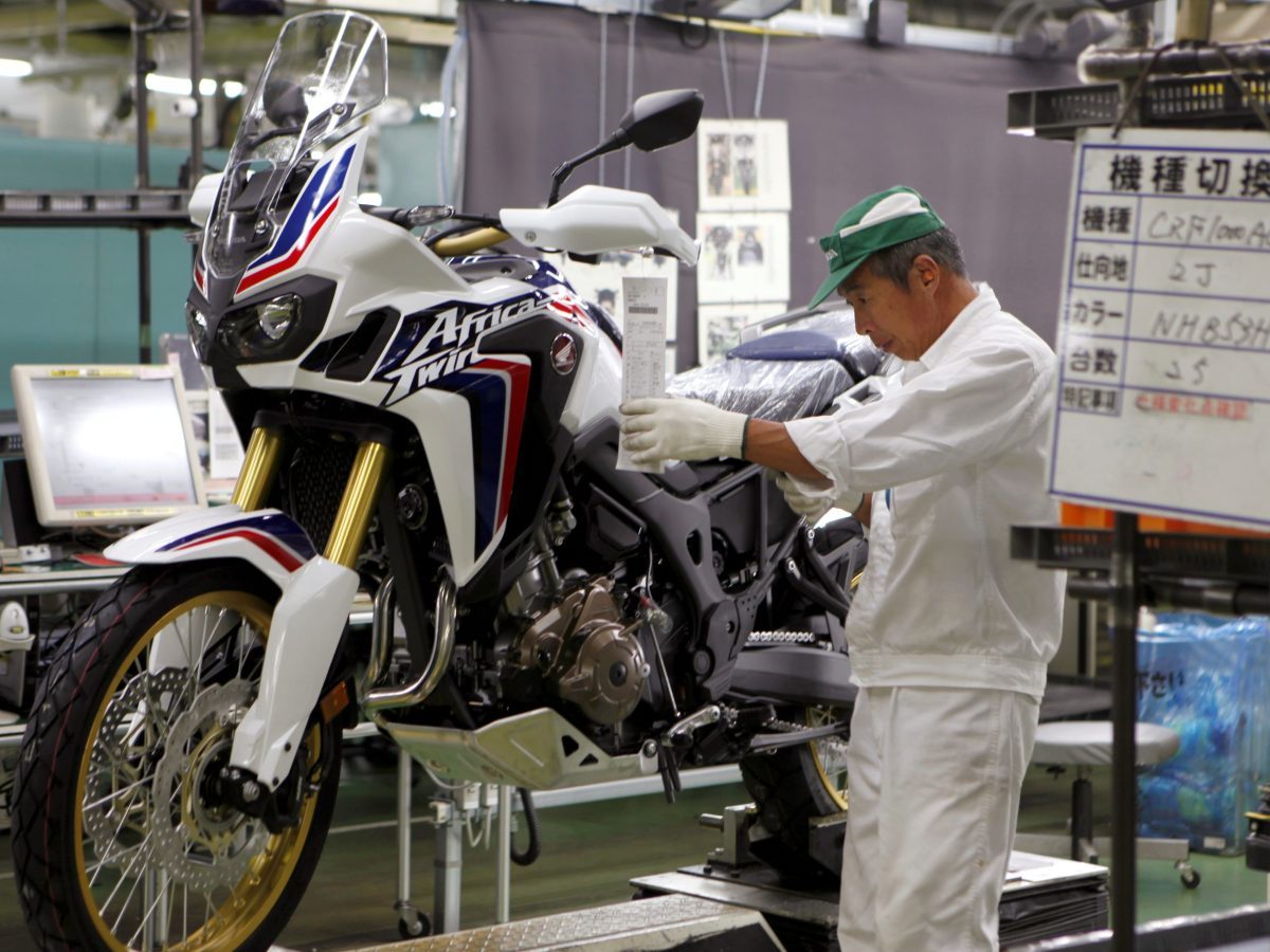 A worker is seen at an assembly line of Honda Motor Co.'s motorcycles. Photo: Reuters / Naomi Tajitsu