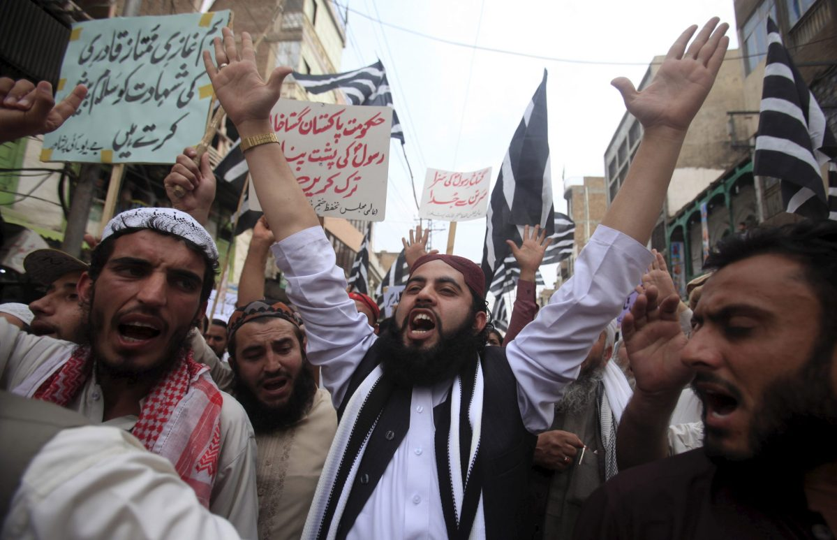 Supporters of the Jamiat Ulema-e-Islam religious party shout slogans as they protest the execution of Mumtaz Qadri – the man who assassinated Punjab governor Salman Taseer after he called for the pardoning of a Christian woman sentenced to death for allegedly insulting the Prophet Muhammad – in March 2016. Photo: Reuters
