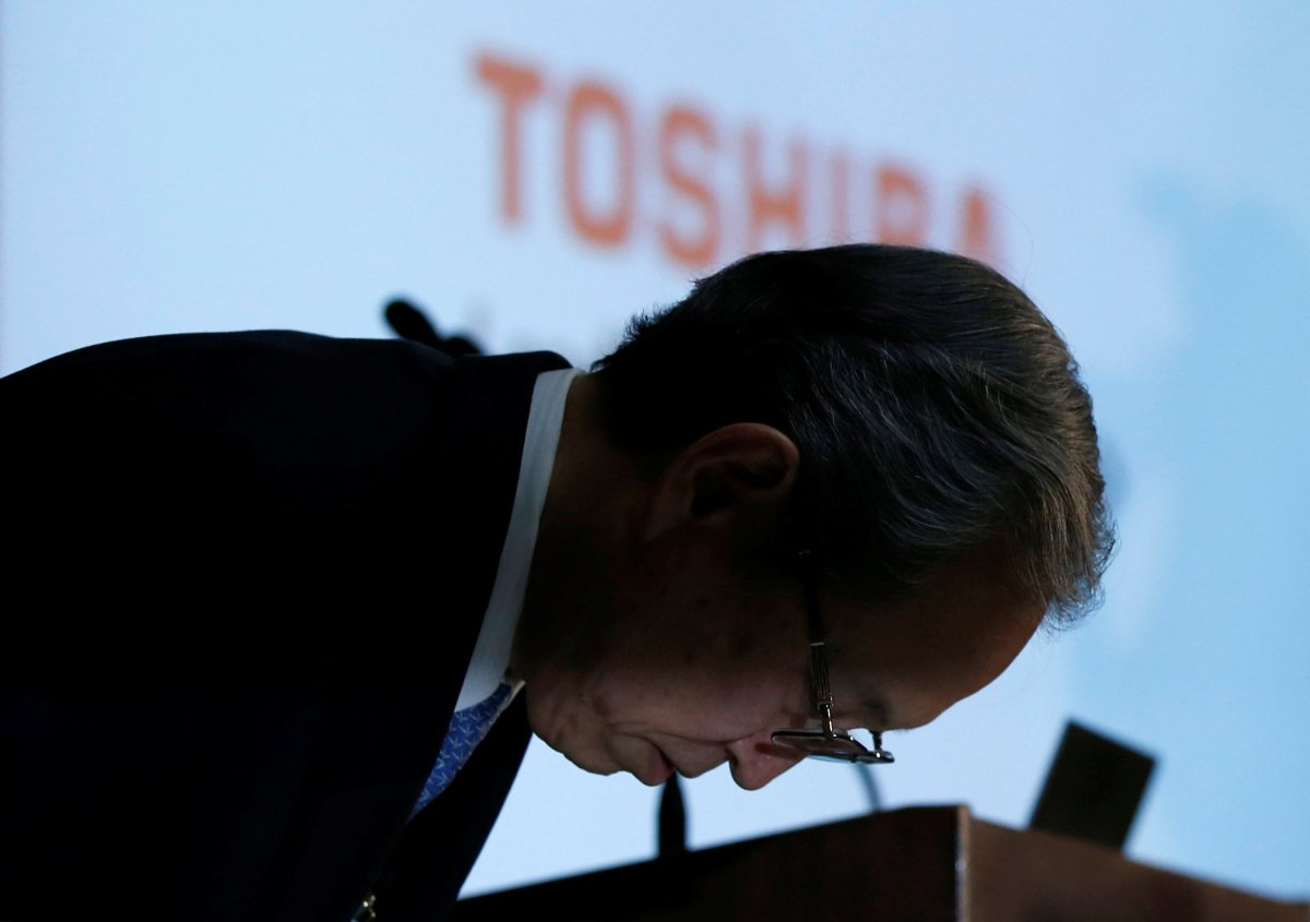 Toshiba Corp President and CEO Satoshi Tsunakawa makes his apologies. Photo: Reuters/Toru Hanai