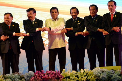 From L-R: Vietnam's Prime Minister Nguyen Xuan Phuc, Laos Prime Minister Thongloun Sisoulith, Philippine President Rodrigo Duterte, Brunei's Sultan Hassanal Bolkiah, Cambodia's Prime Minister Hun Sen, and Indonesia's President Joko Widodo attend the ASEAN Summit in Vientiane on September 6, 2016. Photo: AFP, Roslan Rahman