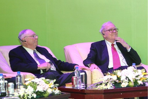 Charles Munger (left) and Warren Buffet at the launch ceremony of Chinese electric vehicle BYD M6 and a clean energy project. Photo: AFP
