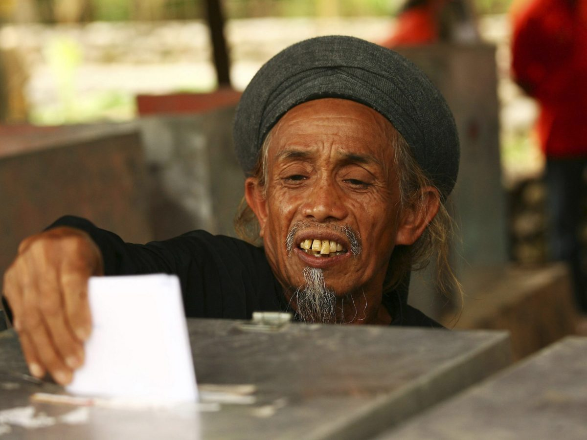 An Indonesian casts his ballot during voting in elections at a polling station in Gowa, South Sulawesi in a 2014 file photo. Photo: Reuters/Yusuf Ahmad