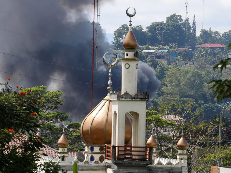 Smoke billows at the site of fighting between Philippine government soldiers and Maute group, near a mosque in Marawi City in southern Philippines May 30, 2017. Photo: Reuters/Erik De Castro