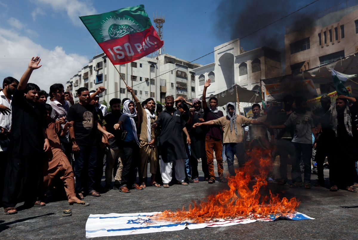 Supporters of the Imamia Students Organization (ISO) burn US and Israeli flags in Karachi on June 27, 2016. Photo: Reuters / Akhtar Soomro