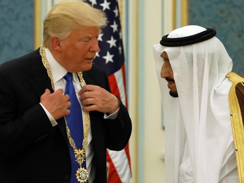 قلد العاهل السعودي الملك سلمان الرئيس الأميركي دونالد ترامب وسام الملك عبد العزيز الذهبي وهو أعلى وسام مدني بالمملكة، خلال اجتماع بقصر اليمامة في العاصمة السعودية - مايو أيار 2017 صورة: Reuters