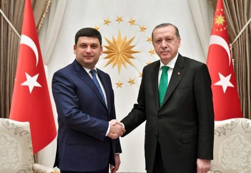 Turkish President Recep Tayyip Erdogan (R) meets Prime Minister of Ukraine Volodymyr Groysman in Ankara, Turkey on March 14, 2017. Photo: AFP, Anadolu Agency