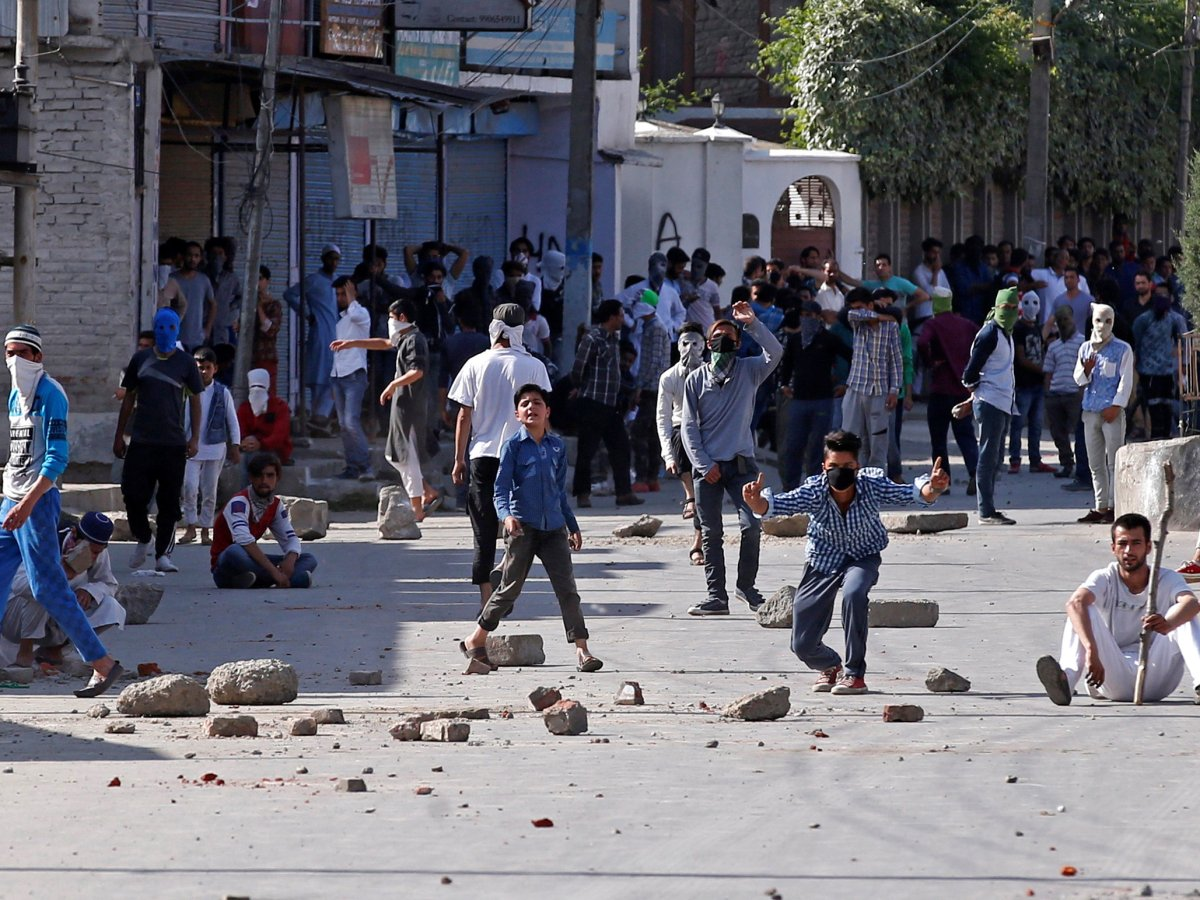 Demonstrators hurl stones and shout slogans during a protest in Srinagar on May 27, 2017. Photo: Reuters / Danish Ismail