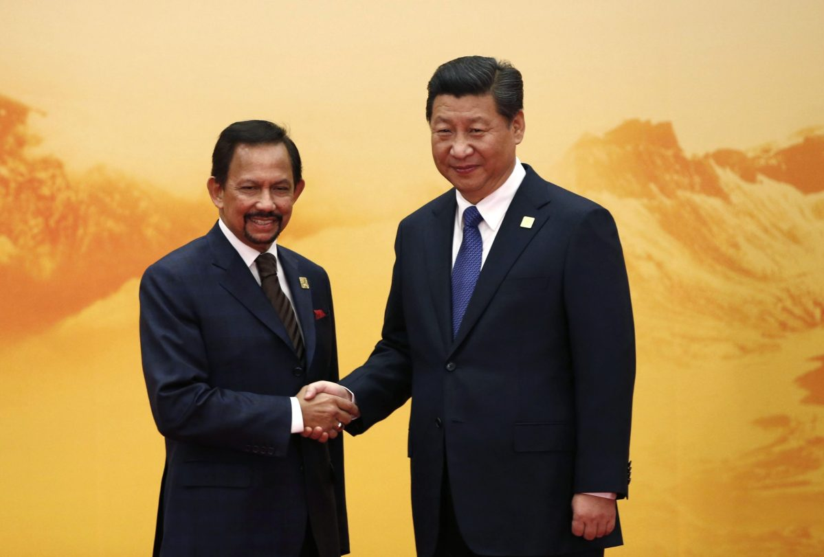 Brunei's Sultan Hassanal Bolkiah (L) shakes hands with China's President Xi Jinping during a welcoming ceremony at the Asia Pacific Economic Cooperation (APEC) forum, at the International Convention Center at Yanqi Lake in Beijing November 11, 2014. Photo: Reuters/Kim Kyung-Hoon