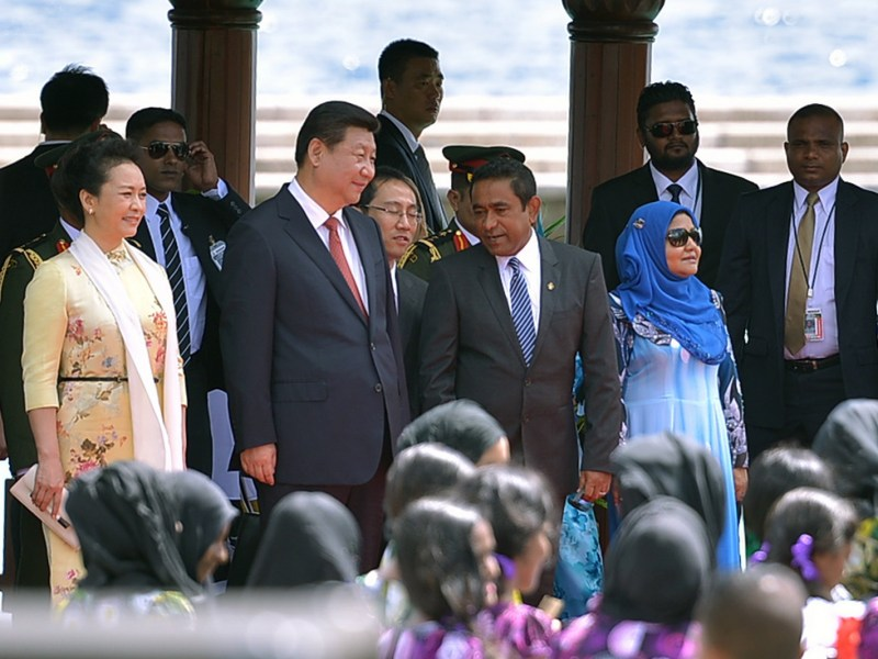 A file photo shows Chinese President Xi Jinping and his wife Peng Liyuan being welcomed by Maldivian President Abdulla Yameen (third right, front) at the Malé jetty on September 15, 2014. Photo: AFP