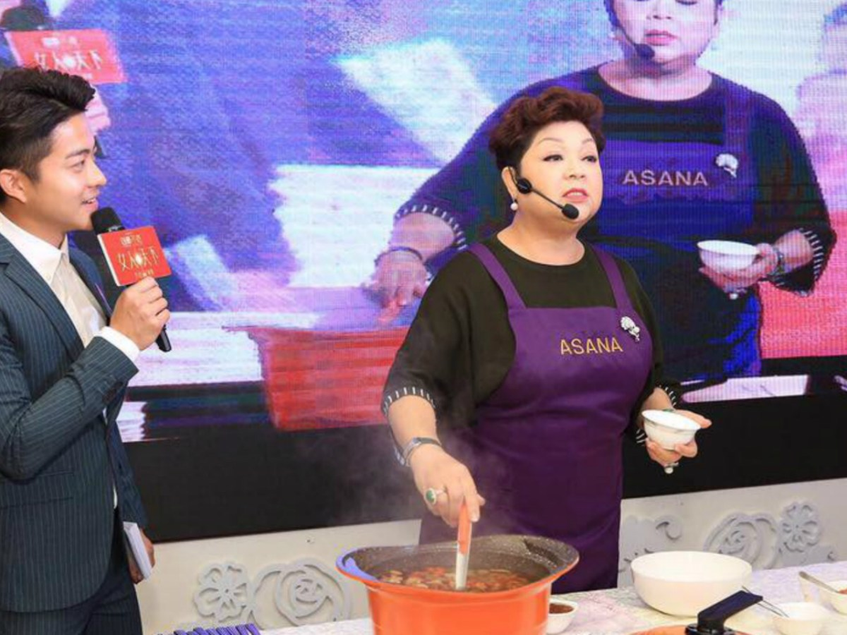 Maria Cordero (right) is a famous cook show host and singer. Photo: Maria Cordero@Facebook