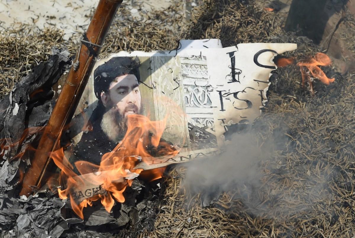 Indian Shiite Muslim demonstrators burn an effigy of ISIS leader Abu Bakr al-Baghdadi during a protest in New Delhi on June 9, 2017. Photo: AFP