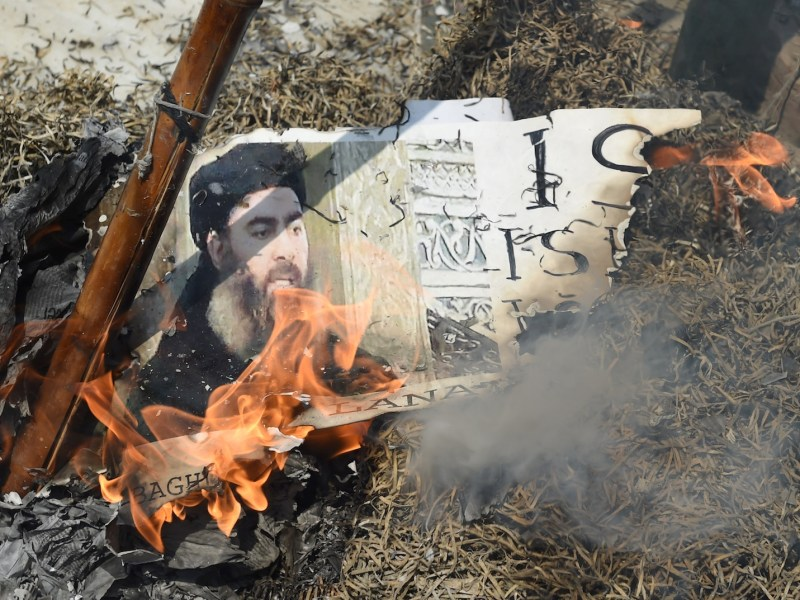 Indian Shiite Muslim demonstrators burn an effigy of ISIS leader Abu Bakr al-Baghdadi during a protest in New Delhi on June 9, 2017. Photo: AFP