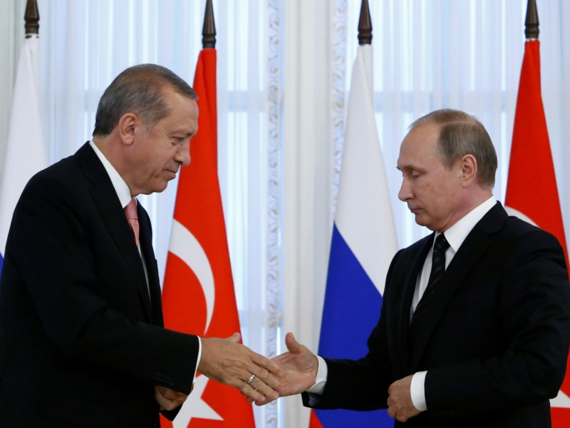 Russian President Vladimir Putin shakes hands with Turkish President Tayyip Erdogan. Photo: Reuters / Sergei Karpukhin