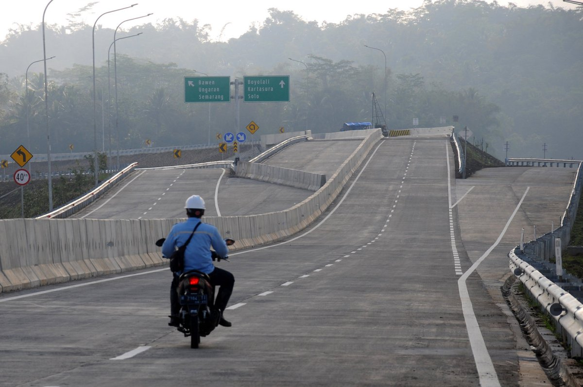 An official drives a motorcycle during an inspection at a new toll road Salatiga-Bawen section in Salatiga, Central Java province, Indonesia June 8, 2017. Photo: Antara Foto/Aloysius Jarot Nugroho via Reuters