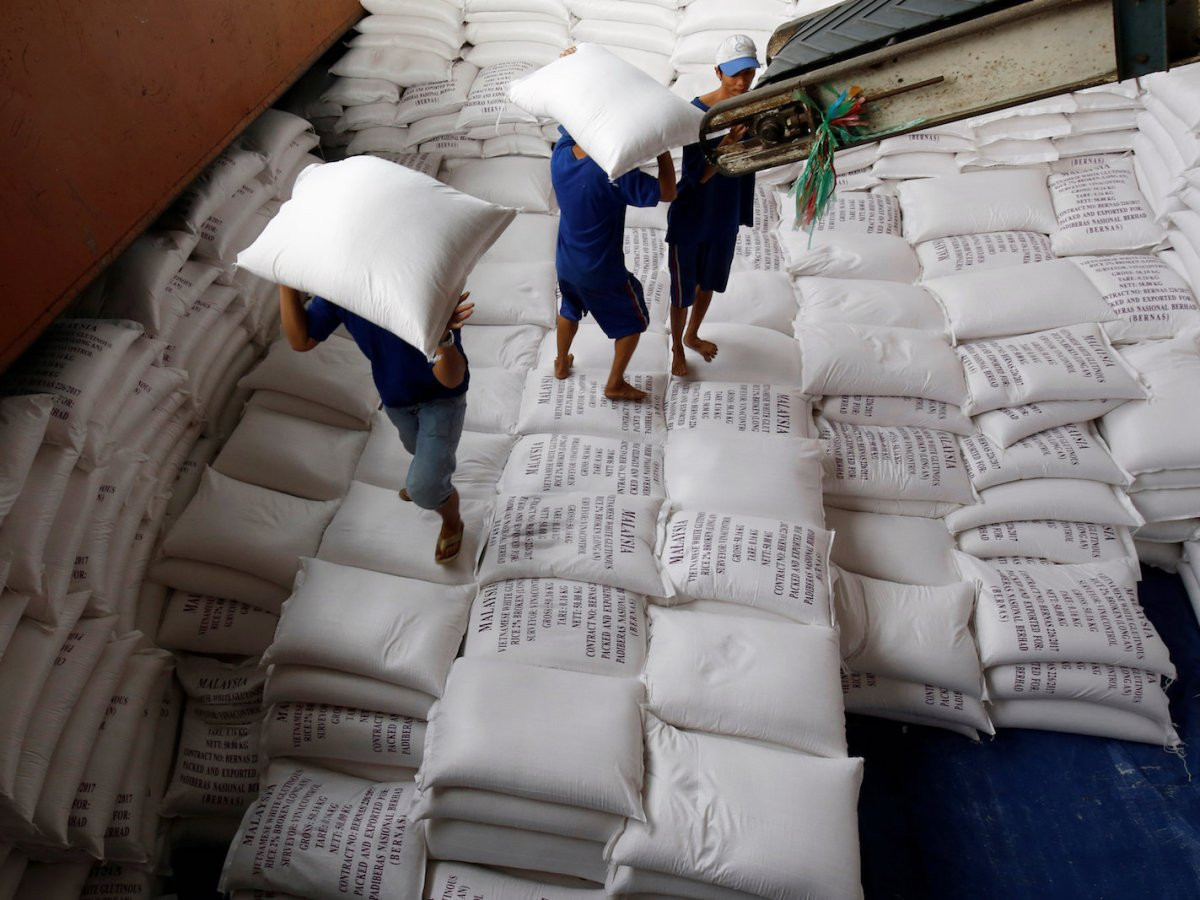 Men load rice bags to a ship for export at a rice processing factory in Vietnam's southern Mekong delta, July 6, 2017. Photo: Reuters/Kham