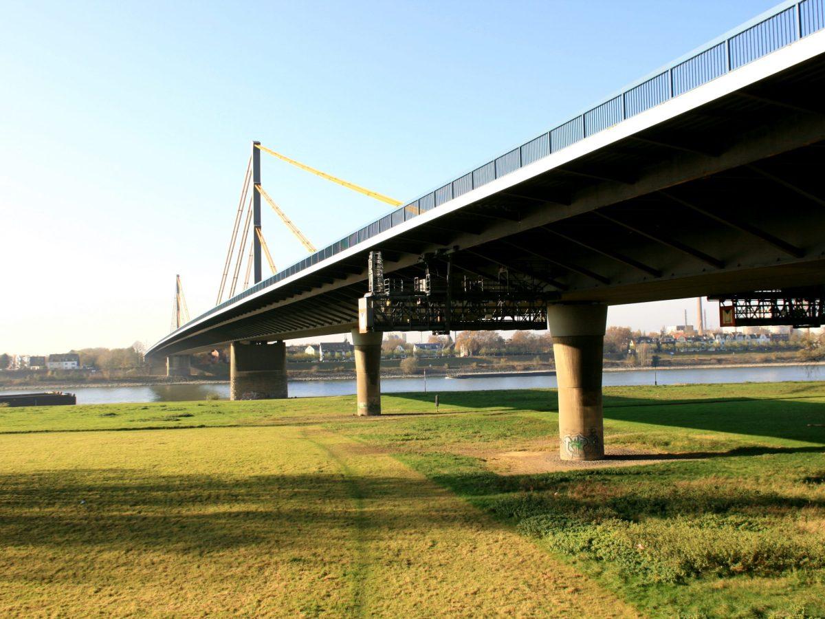 Rheinbrücke Neuenkamp. Photo: public domain