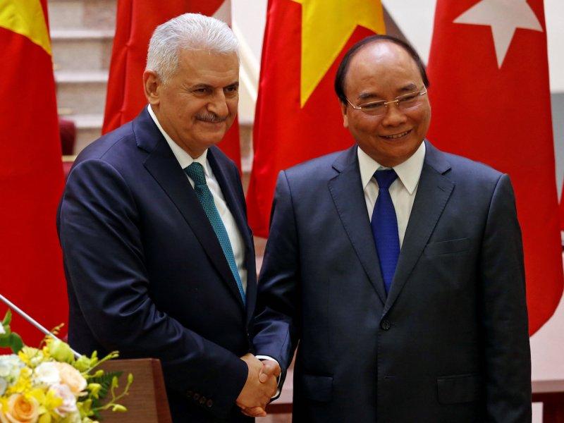 Turkish Prime Minister Binali Yildirim (left) shakes hands with his Vietnamese counterpart Nguyen Xuan Phuc in Hanoi on August 23, 2017. Photo: Reuters/Kham