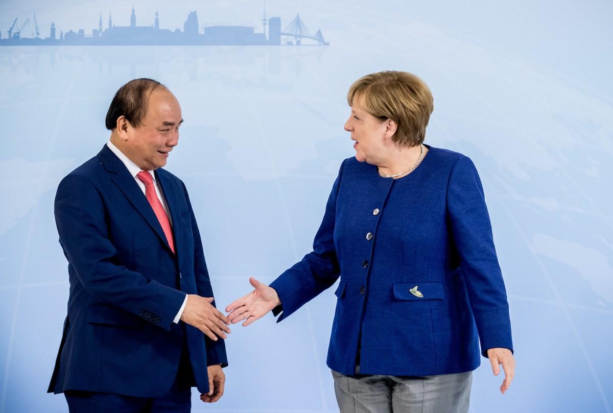 German Chancellor Angela Merkel greets Vietnamese Prime Minister Nguyen Xuan Phuc ahead of the G20 Summit in the Hotel Atlantic in Hamburg, Germany, 06 July 2017. Photo: Michael Kappeler/dpa via AFP