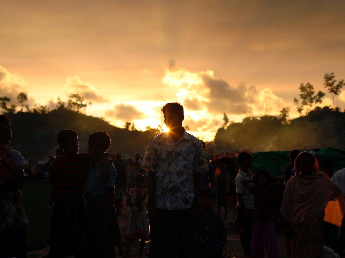 Rohingya refugees wait roadside for aid at Thaingkhali makeshift refugee camp in Cox's Bazar, Bangladesh, September 14, 2017. Photo: Reuters/Danish Siddiqui
