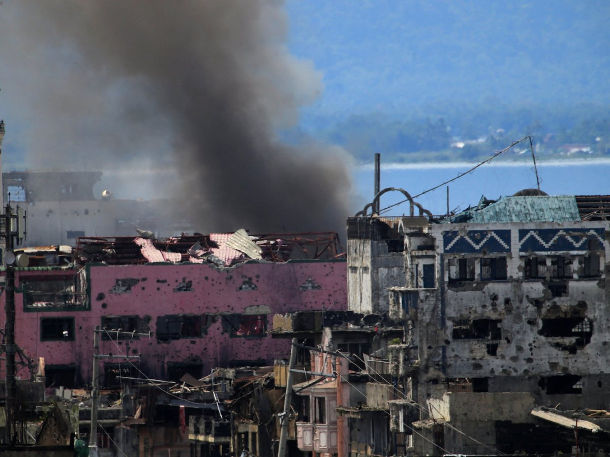 Smoke billows from a burning building as troops battle pro-ISIS militants in Marawi, southern Philippines, on September 4, 2017. Photo: Reuters / Romeo Ranoco