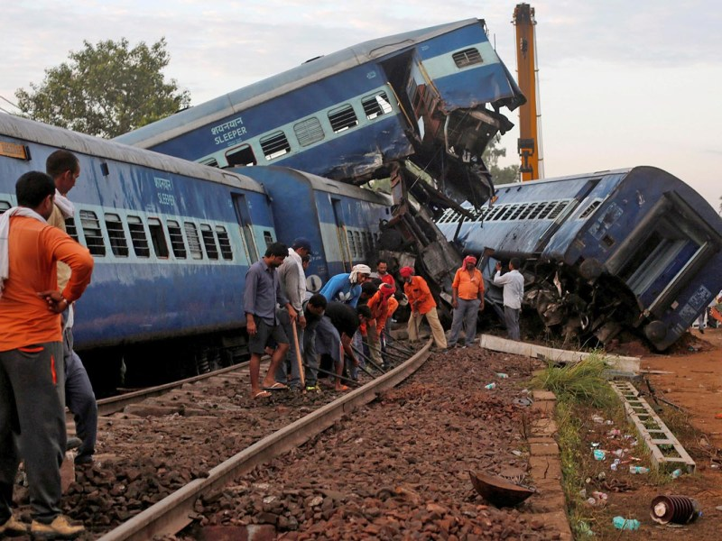 Railway workers repair the tracks next to derailed coaches of a passenger train at the site of an accident in Khatauli, in the northern state of Uttar Pradesh, India on August 20, 2017. Photo: Reuters/Adnan Abidi