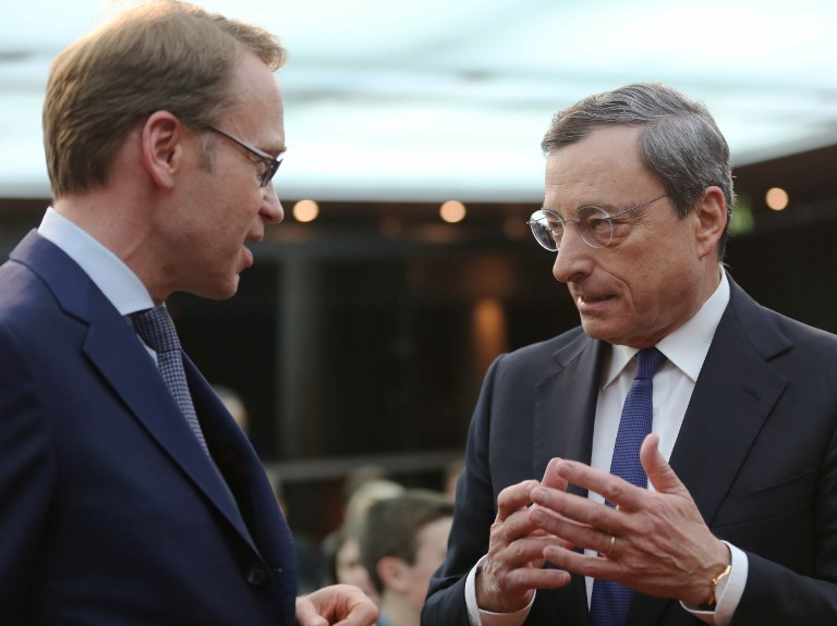 ECB President Mario Draghi (R) speaks to Bundesbank President Jens Weidmann. Photo: Anadolu Agency via AFP/Mehmet Kaman