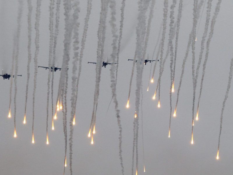 Jet fighters release flares during the Zapad 2017 war games at a range near the town of Borisov, Belarus September 20, 2017. Photo: Reuters/Vasily  Fedosenko
