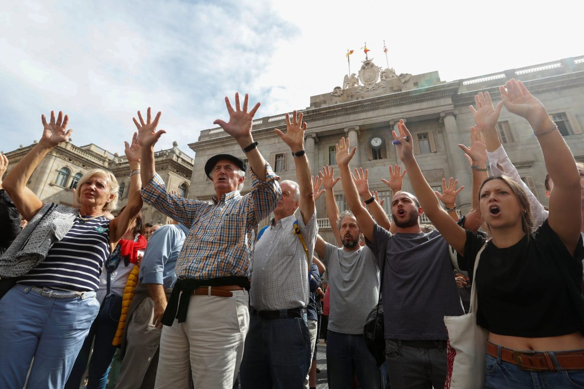 People raise hands and shout in Plaza Sant Jaume during a protest called by pro-independence groups for citizens to gather at noon in front of city halls throughout Catalonia, in Barcelona, Spain October 2, 2017.  Photo: Reuters/Yves Herman