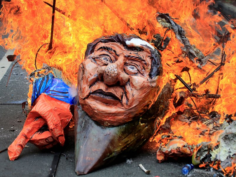 Protesters burn an effigy of Philippine President Rodrigo Duterte outside the US Embassy in Metro Manila while calling for the immediate pullout of US troops from Mindanao, on September 15, 2017. Photo: Reuters / Romeo Ranoco