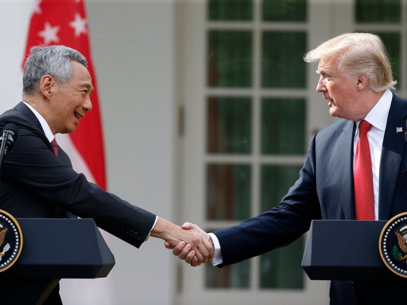 Singaporean Prime Minister Lee Hsien Loong and US President Donald Trump shake hands before making statements in the Rose Garden of the White House on October 23, 2017. Photo: Reuters / Joshua Roberts