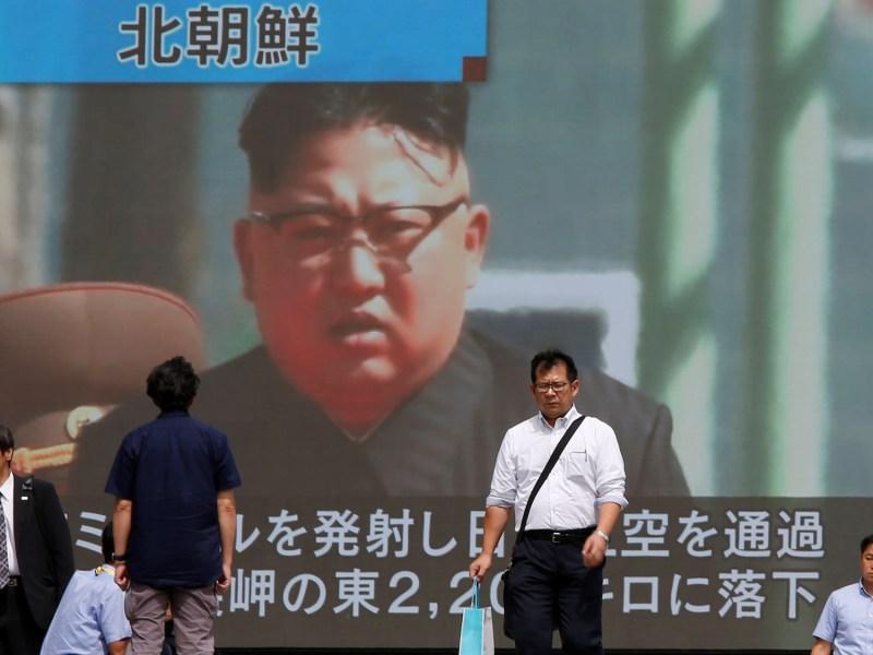 Passersby walk past a TV screen reporting news about North Korea's missile launch in Tokyo, Japan September 15, 2017.  Photo: Reuters/Issei Kato