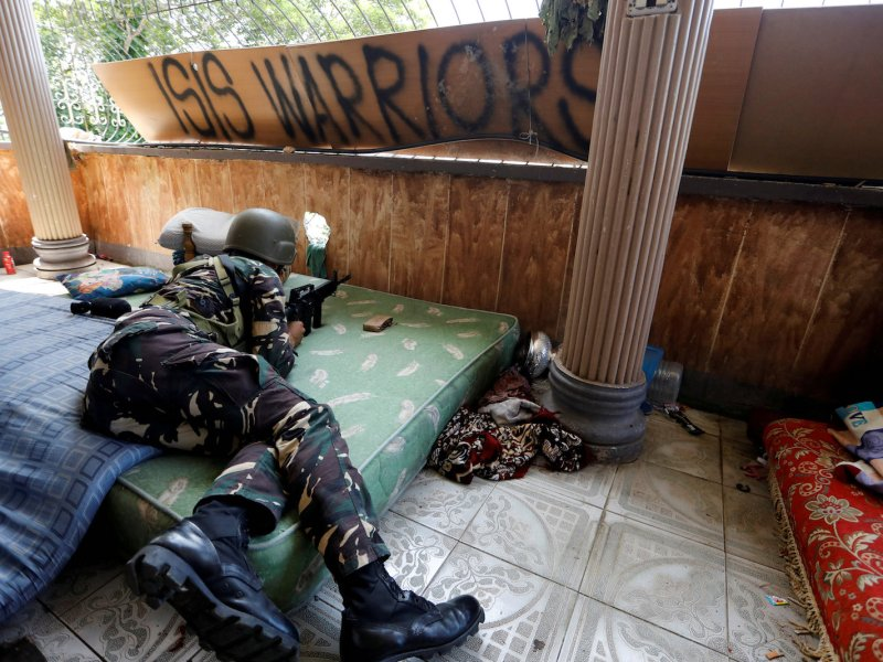 A Filipino soldier lies on a mattress in a house as government troops continue their assault against insurgents from the Islamic State-aligned Maute group in Marawi city, Philippines July 1, 2017. Photo: Reuters/Jorge Silva
