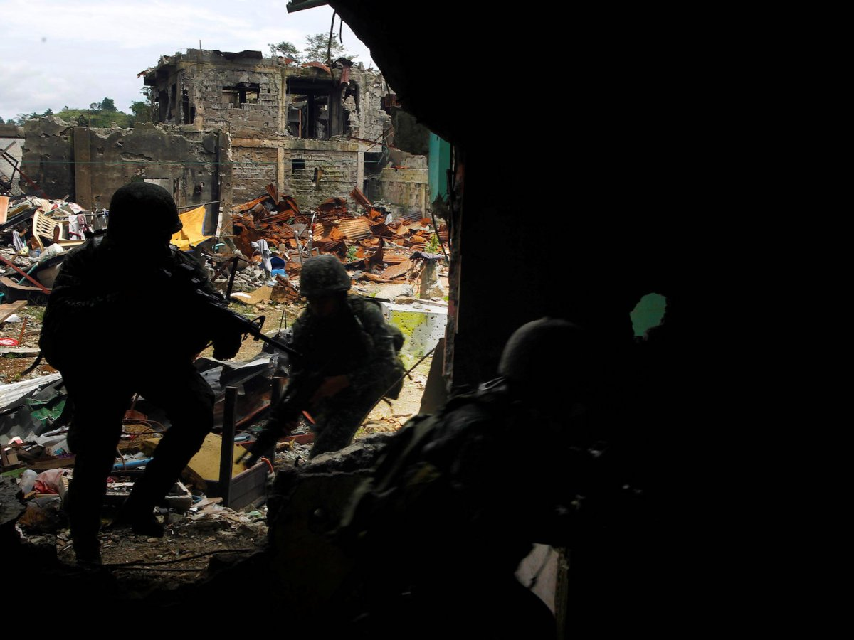 Philippine soldiers from the Marines 1st Brigade patrol take up positions as troops continue clearing operations against the pro-Islamic State militant group in Marawi city, September 14, 2017. Photo: Reuters/Marconi Navales