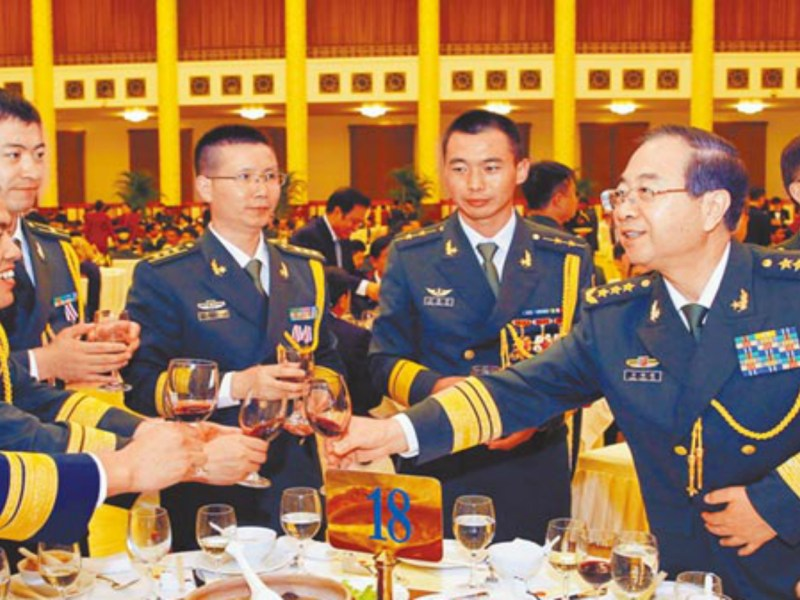 PLA soldiers and generals toast at a banquet. Photo: CNS