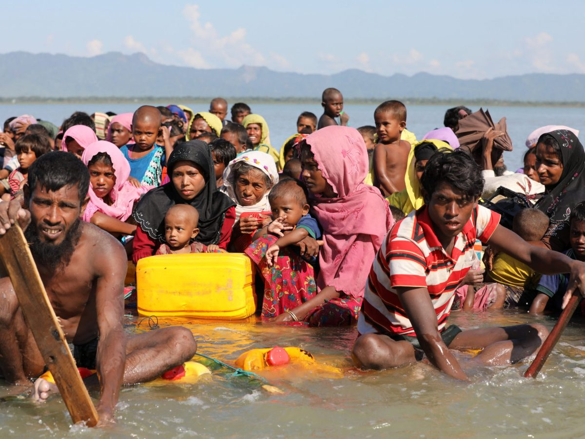 Rohingya refugees cross the Naf River with an improvised raft to reach to Bangladesh at Sabrang near Teknaf, Bangladesh November 10, 2017. Photo: Reuters