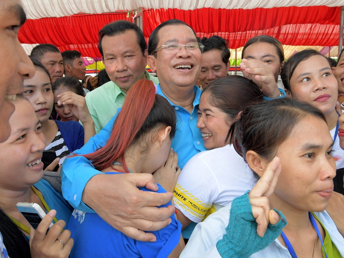 Cambodia's Prime Minister Hun Sen (C) poses for a picture during a ceremony at a compound of factories in Phnom Penh on September 6, 2017. Photo: AFP/Tang Chhin Sothy